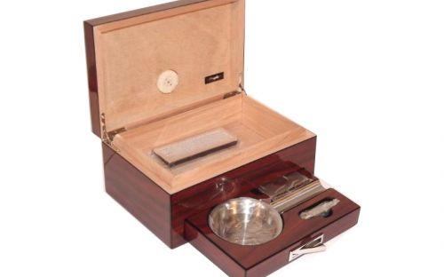 pfeifenshop: Humidor mit GeschenkSet - braun, lackierte, spanischer Zeder, für 10-20 Zigarre